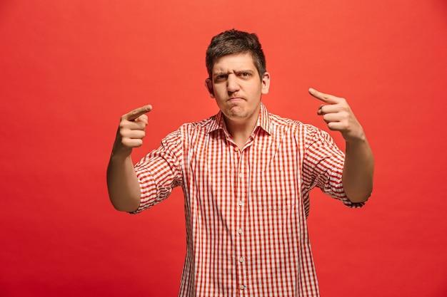 Gritos, odio, rabia. hombre enojado emocional llorando gritando en estudio rojo.