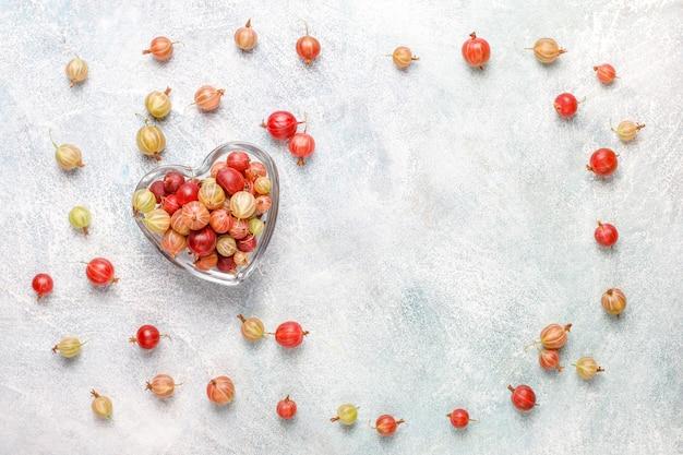 Grosellas dulces orgánicas frescas en un tazón