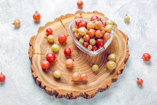 Grosellas dulces orgánicos frescos en un tazón