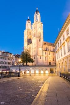 Grossmunster o gran catedral durante el crepúsculo en zurich suiza