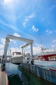 Grua de barco trabajando con barcos
