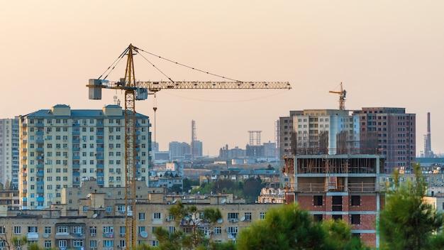 Grúa de construcción en la ciudad.
