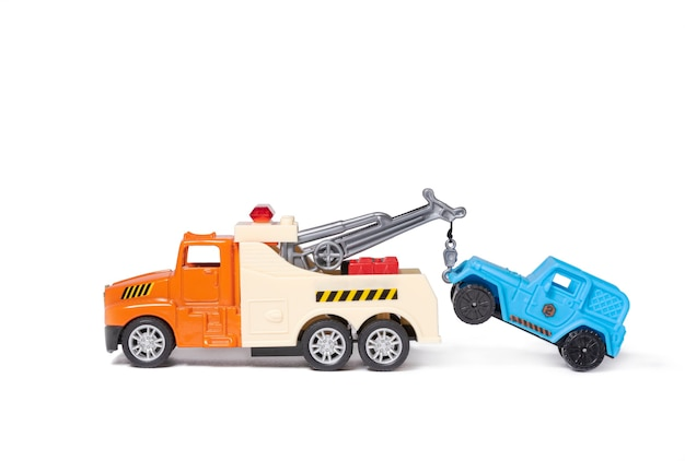 Una grúa naranja está remolcando un coche azul coches de juguete sobre fondo blanco.