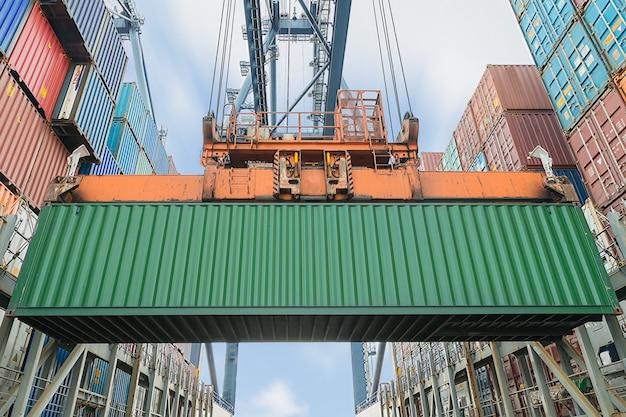 Grua de orilla cargando contenedores en barco de carga
