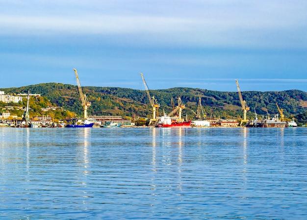 Grúa en el puerto de la bahía de avacha en kamchatka