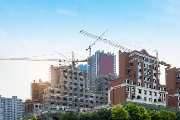 Grúas torre, rascacielos en obras de construcción