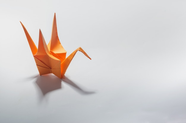 Grulla de origami en blanco