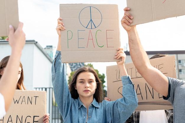 Grupo de activistas marchando por la paz