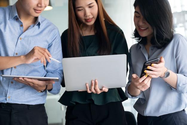 Grupo de adolescentes con computadora y tableta para buscar y aprender en línea.