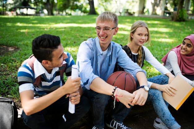 Un grupo de adolescentes diversos.