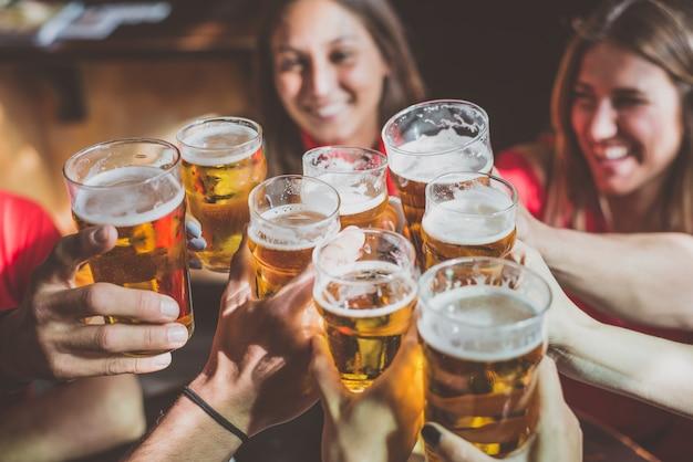 Grupo de adolescentes divirtiéndose en un pub