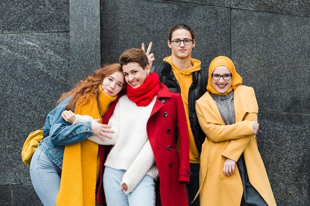 Grupo de adolescentes felices posando juntos