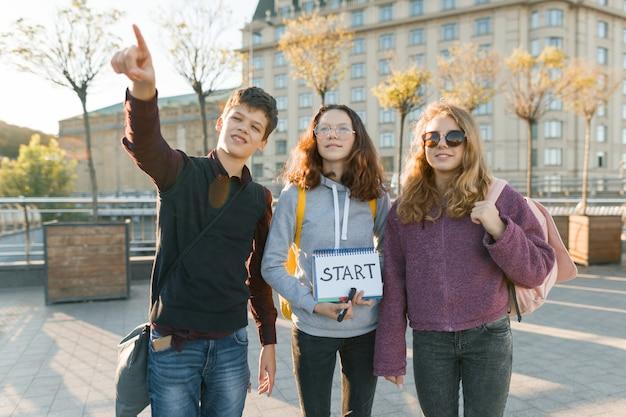 Grupo de adolescentes con inicio de palabra manuscrita de bloc de notas