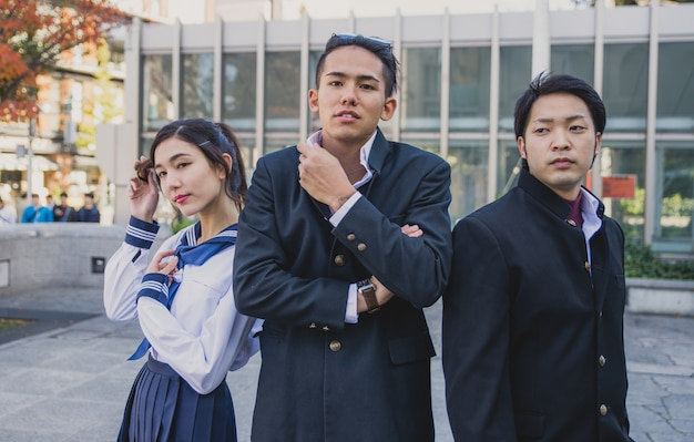 Grupo de adolescentes japoneses, momentos de estilo de vida en un día escolar