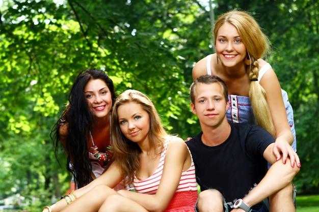 Grupo de adolescentes en el parque