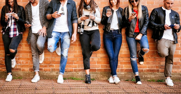 Grupo de adolescentes con teléfono inteligente al aire libre