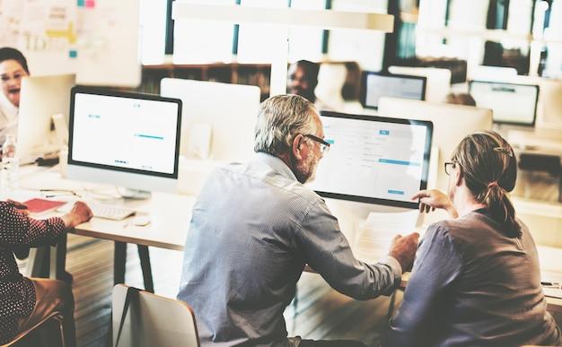 Grupo de adultos mayores diversos en clase de informática