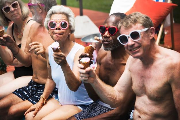 Grupo de adultos mayores diversos comiendo helado juntos