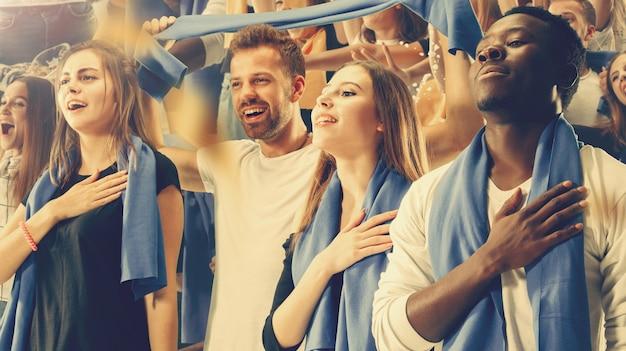 Grupo de aficionados felices animando por la victoria de su equipo