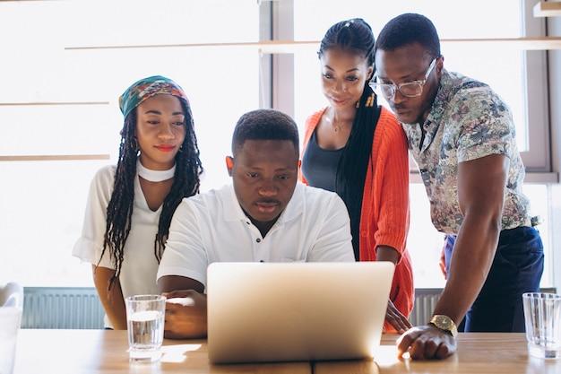 Grupo de afroamericanos trabajando juntos