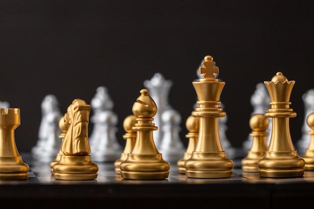 Grupo de ajedrez de oro y plata