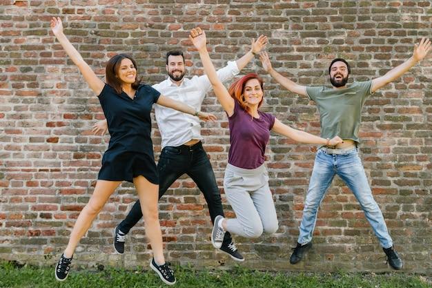 Grupo de alegres amigos adultos divirtiéndose juntos