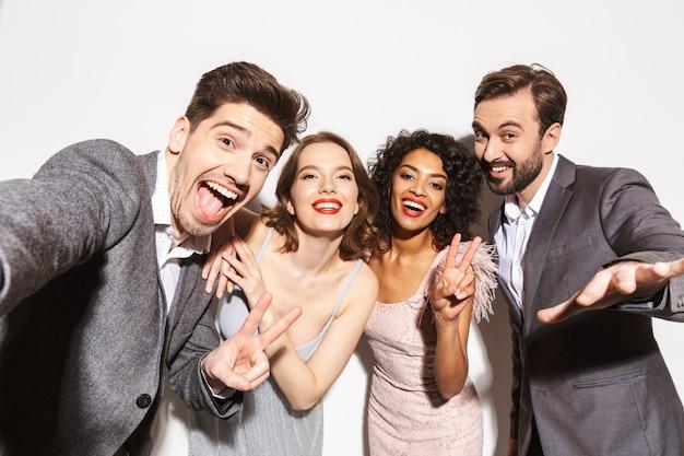 Grupo de alegres personas multirraciales bien vestidas