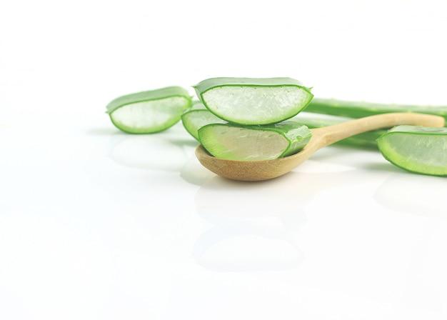 Grupo de aloe vera en la medicina herbaria de la cuchara para la piel y el pelo en el fondo de madera