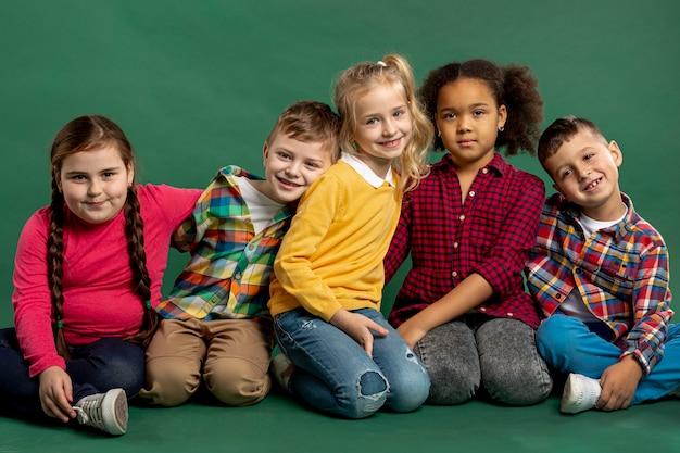 Grupo de alto ángulo de niños sonrientes