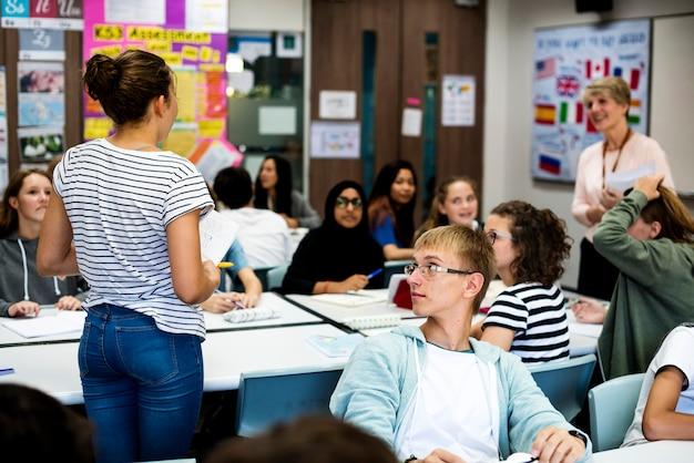 Grupo de alumnos aprendiendo en el aula.