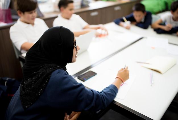 Un grupo de alumnos estudiando en un aula.
