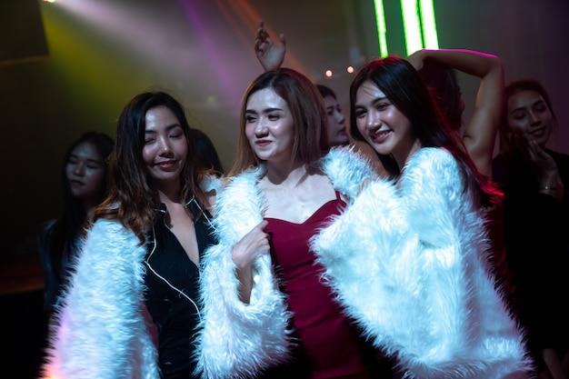 Grupo de amigas divirtiéndose en la fiesta en el club de baile