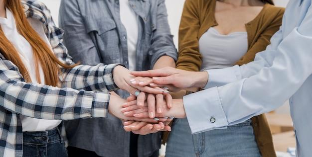 Grupo de amigas tocando las manos