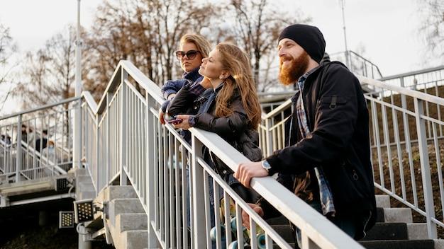 Grupo de amigos admirando la vista en las escaleras juntos