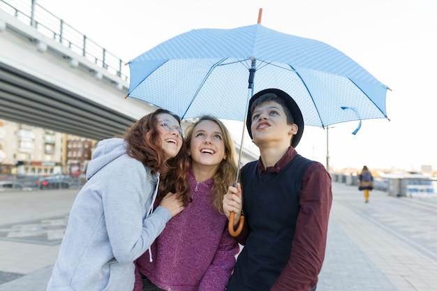 Grupo de amigos adolescentes divirtiéndose en la ciudad