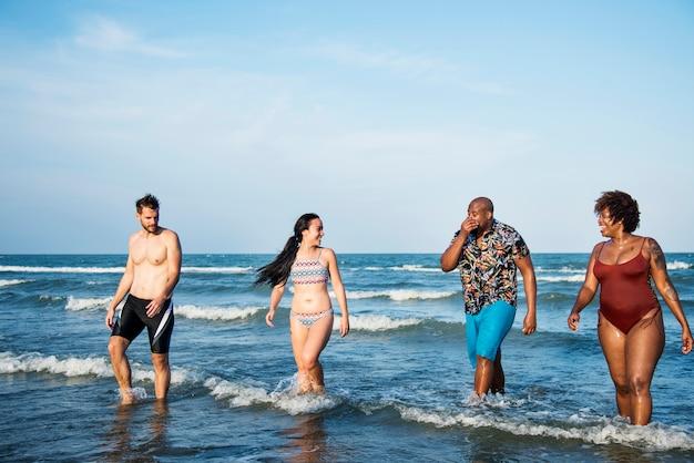 Grupo de amigos alegres en la playa.
