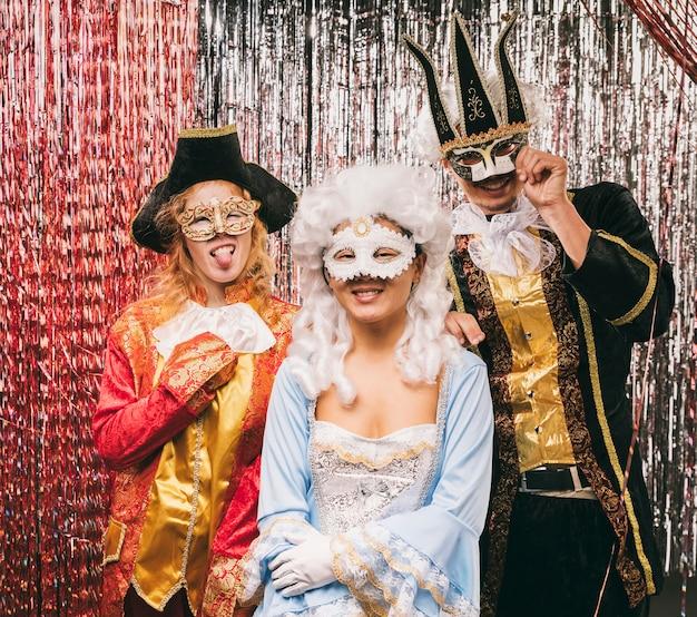 Grupo de amigos de alto ángulo en la fiesta de carnaval