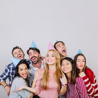 Grupo de amigos amables celebrando cumpleaños