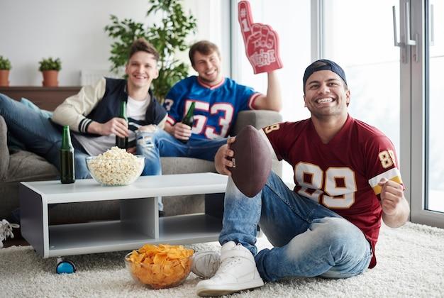 Grupo de amigos animando en casa