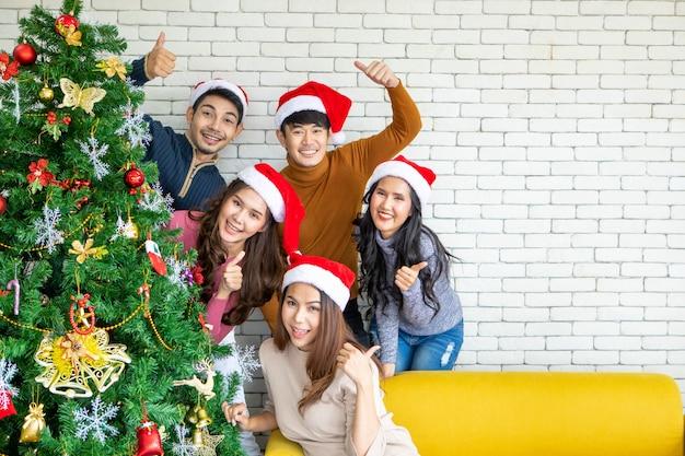 Grupo de amigos de asia celebrando la navidad y feliz año nuevo en casa