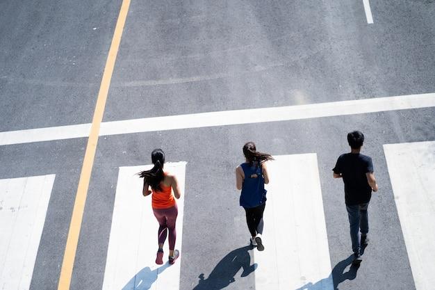 Grupo de amigos asiáticos corriendo por la mañana. vista superior.