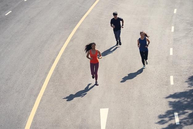 Grupo de amigos asiáticos corriendo por la mañana.