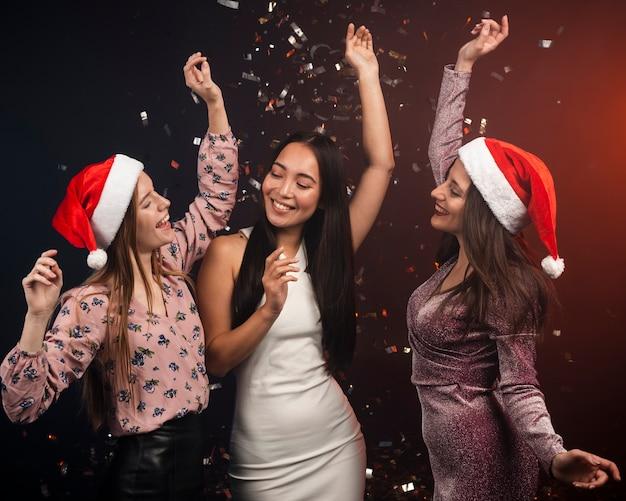 Grupo de amigos bailando en año nuevo