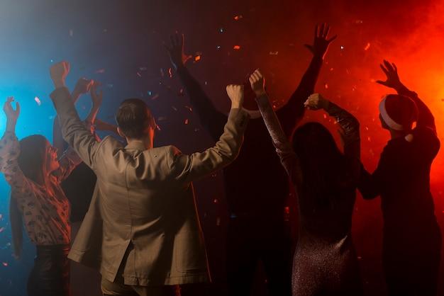 Grupo de amigos bailando en un club