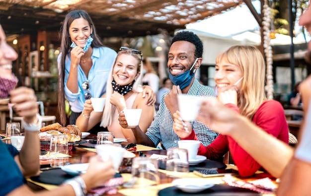 Grupo de amigos bebiendo capuchino en la cafetería.