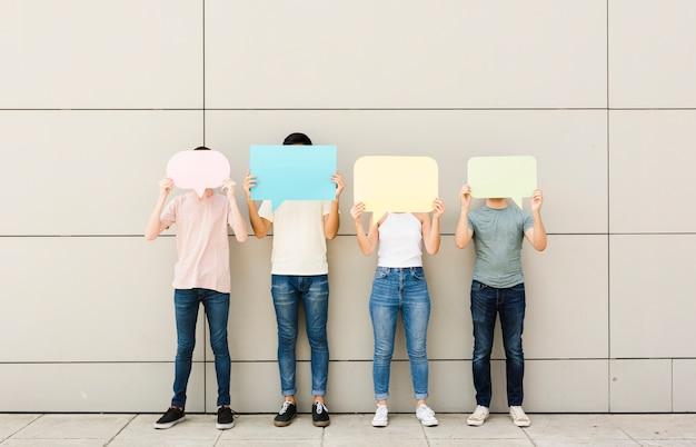 Grupo de amigos con burbujas de discurso