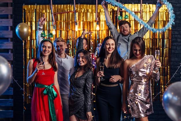 Grupo de amigos celebrando el año nuevo, fiesta de navidad.
