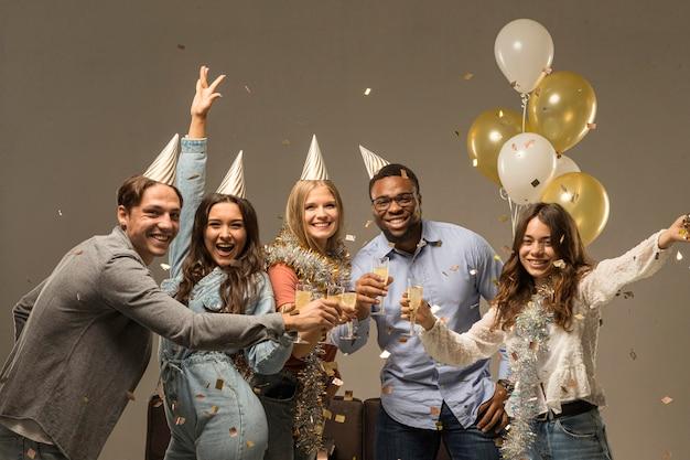 Grupo de amigos celebrando el concepto de año nuevo