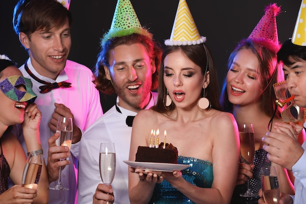 Grupo de amigos celebrando cumpleaños en club nocturno