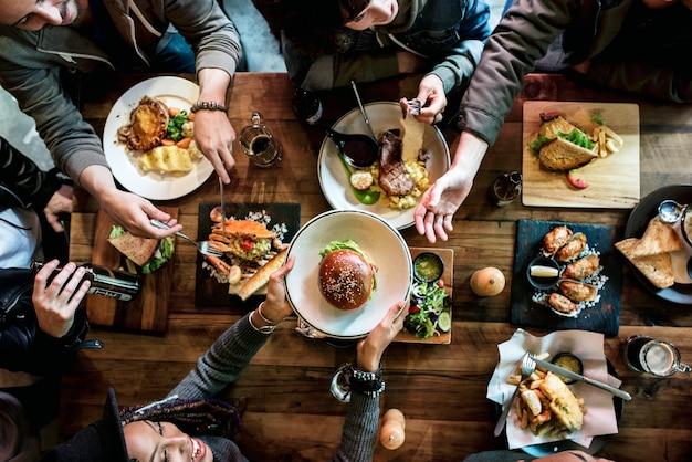 Grupo de amigos comiendo juntos